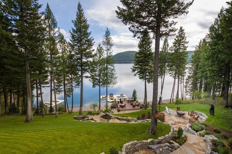 从主屋俯瞰白鱼湖澄静的水面。