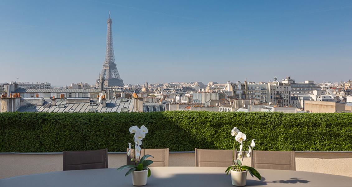 La sala tiene salida directa a una terraza con vistas a la Torre Eiffel.