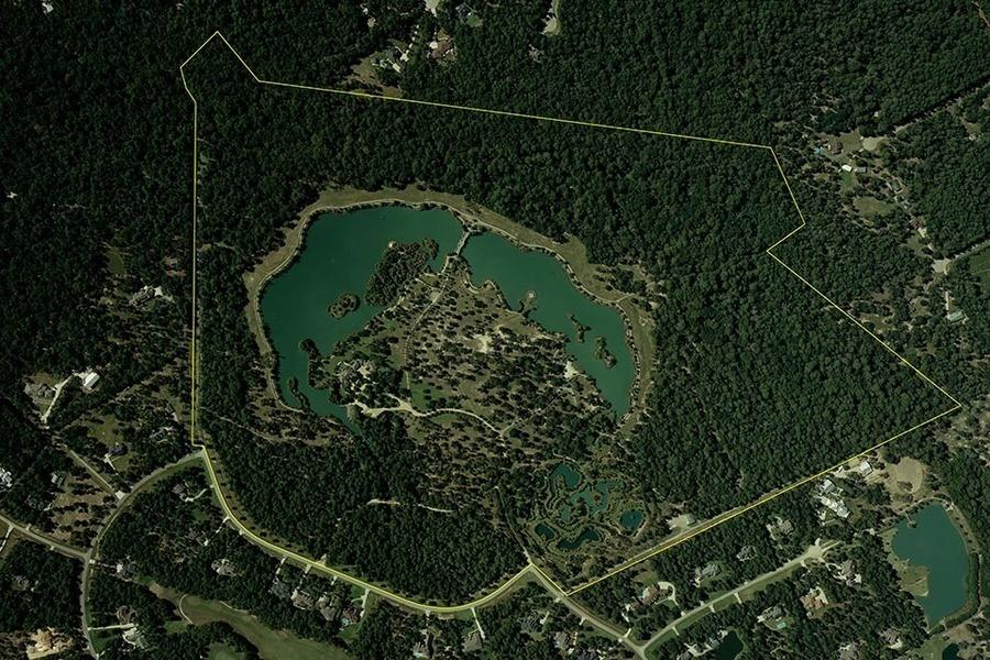 """这一占地185英亩的庄园距离休斯顿市40英里。""""你从水泥丛林一步掉进田园乡间。"""" 房主David Weber说。"""