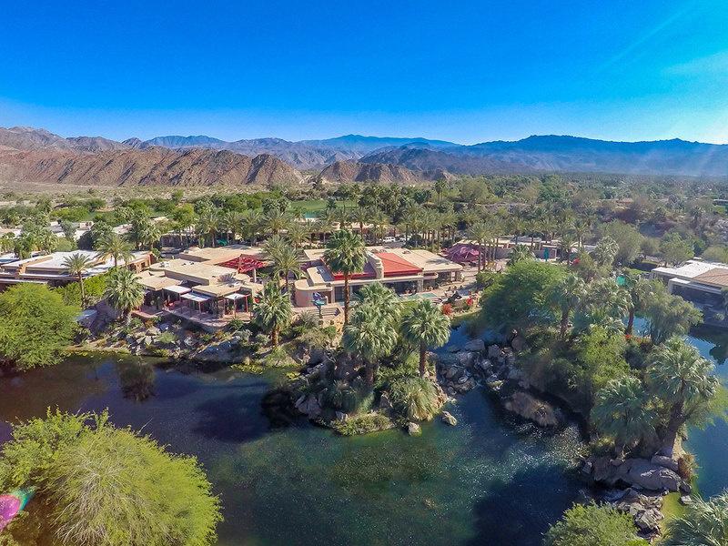 房产位于加州Indian Wells的沙漠绿洲之上。