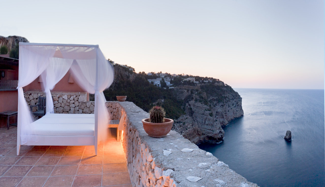 The Mediterranean villa is equipped with a swimming pool, gymnasium, guest area and spacious rooms wi