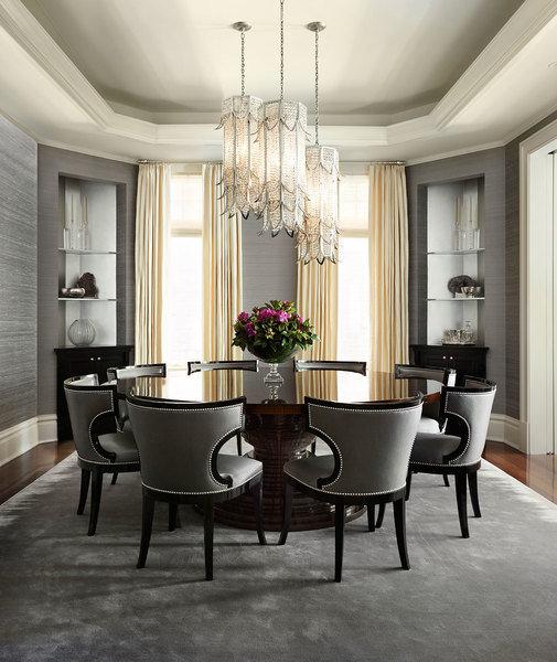 Una mesa redonda ocupa un lugar central en un comedor diseñado por Joan Craig para el entretenimiento