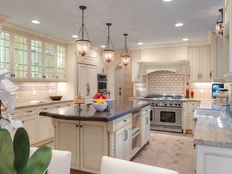 设施齐全的专业级厨房。