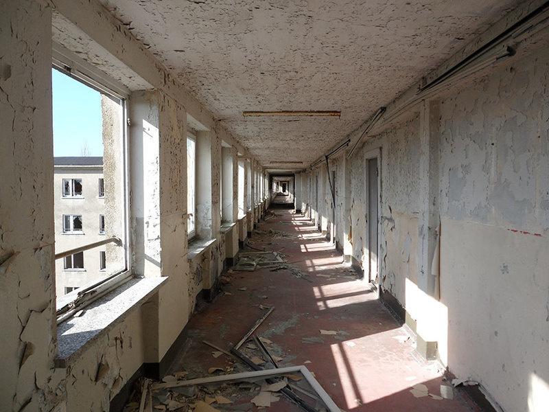 图为Colossus of Prora度假村一栋建筑内的走廊。(拍摄于2011年)